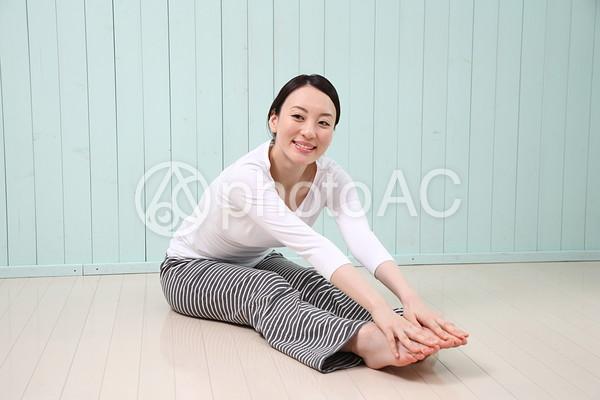 ストレッチをする女性17の写真