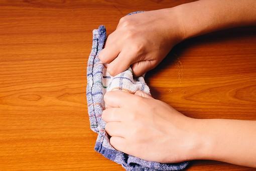 クリーナー 汚れ 木目 床 テーブル 机 屋内  掃除 洗剤 洗う 家庭 清潔 綺麗 きれい 家事 濯ぐ 衛生 労働 クローズアップ タオル 布 雑巾 チェック 青 白 赤 緑 オレンジ 橙 素手 両手 掴む 握る 擦る 拭き取り 拭く 拭き掃除