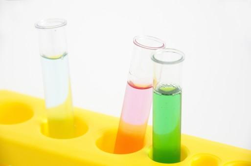 科学 化学 職業 ビジネス 研究 ケミカル サイエンス サイエンティスト 科学 危険 有害 毒 リスク カラフル 試験管 薬品 液体 緑 並べる たくさん 比べる 比較 反応 実験 授業 ピンク