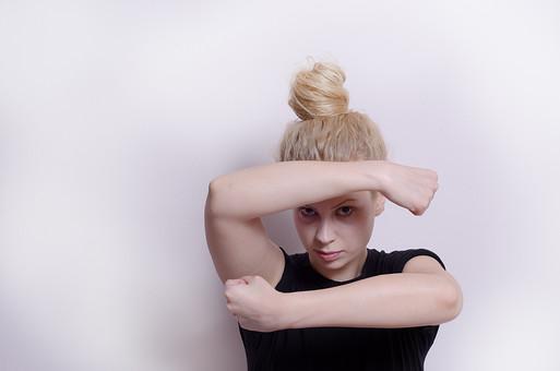 フィットネス写真 人物 1人 外国人 白人 セルビア人 女性 大人 若い 金髪 スポーツ フィットネス エクササイズ 体操 運動 トレーニング シェイプアップ ダイエット 引き締め ヨガ ピラティス 屋内 スタジオ ジム クラブ 美 美容 健康 ボディ スリム 脂肪 筋肉 筋トレ ストレッチ 腕 Tシャツ 上半身 持ち上げる のぞく 閉じこもる mdff014