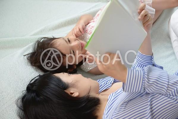 母と子 お昼寝9の写真