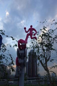 東京 お台場 ツインビル お台場モニュメント 標識 看板 走る姿 赤い人 目印 ユニーク ウォーターフロント 臨海副都心 東京湾 作品 宙に浮かぶ 木 植物 個性的 巨大 オブジェ
