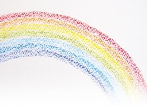 虹 にじ レインボー 色鉛筆 手書き 手描き 背景 画用紙 スケッチブック てがき 絵 クレヨン 雨上がり 雨のち晴れ 7色 コピースペース カラフル ふんわり クレパス いろえんぴつ 赤 青 紫 黄色 緑 水色 余白 イラスト