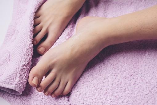 足 脚 あし フット 裸足 素足 女性 女 女子 ウーマン 20代 30代 足元 脚の甲 足の甲 フットケア 両脚 両足 人物 若い 若者 美容 ヘルスケア おしゃれ お洒落 ファッション 白背景 肌 スキンケア 足の指 タオル 拭く お手入れ
