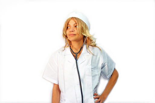 人物 女性 外国人 外国人女性 スペイン人 スペイン人女性 金髪 金髪女性 白人 白人女性 欧米人 看護師 ナース 看護婦 病院 医療 若い ポートレート 仕事 働く 病院 白衣 診察室 医院 医療事務 福祉 白バック 白背景 施術 看護 聴診器 医者 mdff022