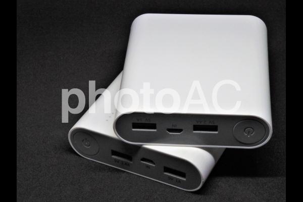 白いモバイルバッテリーの2の写真