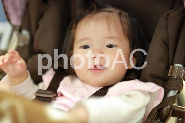 ベビーカーに乗っている赤ちゃん3の写真