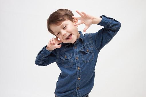 人物 こども 子ども 子供 男の子   少年 幼児 外国人 外人 かわいい   無邪気 あどけない 屋内 スタジオ撮影 白バック   白背景 ポートレート ポーズ キッズモデル 表情  シャツ  カジュアル 上半身 正面 おどける ユーモラス 笑顔 スマイル mdmk010