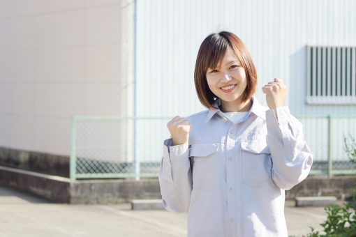 作業服を着た笑顔の女性の写真