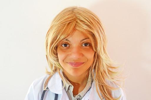 人物 女性 外国人 外国人女性 スペイン人 スペイン人女性 金髪 金髪女性 白人 白人女性 欧米人 病院 医療 若い ポートレート 仕事 働く 病院 白衣 診察室 医院 医療事務 福祉 白バック 白背景 施術 看護 mdff022