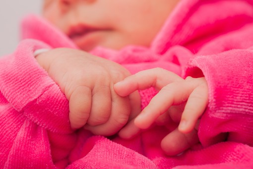 人物 外国人 赤ちゃん 赤ん坊 ベビー ベイビー 新生児 乳児 手 指 肌 素肌 ベビー服 ベビーウェア ピンク 小さい かわいい 出産 誕生 命 生命 愛情 幸せ 幸福 成長 発育 発達 子育て 育児 ポートレート アップ 背景ボケ ボケ味 mdmk013