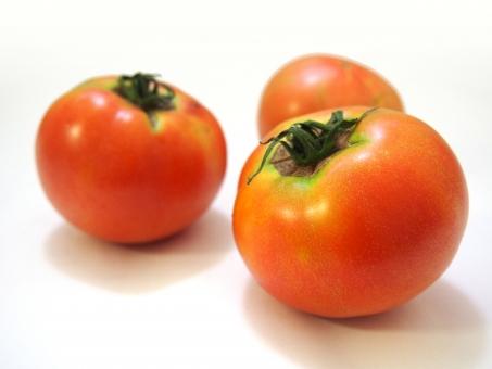 トマト 野菜 食物 フード 食品 食料 食事 植物 食材 果菜 白バック 白背景 ホワイトバック ナス科 低カロリー 健康 赤色 ベジタブル 果実 赤み レッド 三個 丸み サラダ 果物 青果 tomato vegetable
