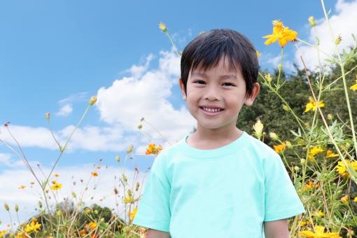 青空と男の子の写真