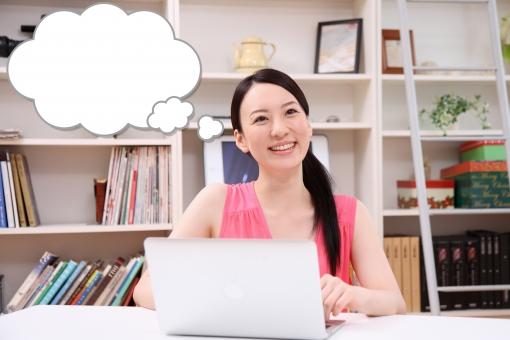 ふきだし 吹き出し 台詞 せりふ イラスト 合成 人物 日本人 女性 若い 20代 30代 主婦 家 室内 屋内 部屋 パソコン PC インターネット 通販 笑顔 机 ネットショッピング メール  mdjf001 WEBサイト