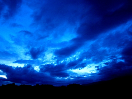 雲 広がり ダイナミック 黄昏 風 雄大 青 紺