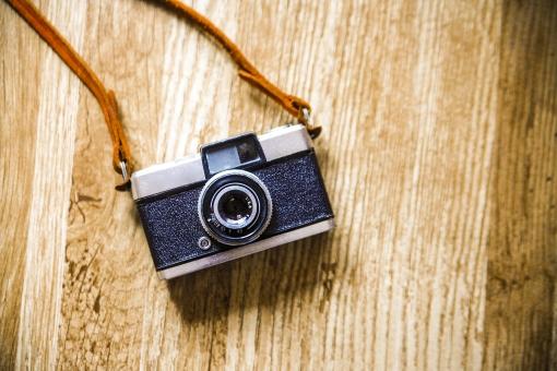趣味 ホビー カメラ レトロ フィルムカメラ 一眼レフ レフ カメラストラップ ネックストラップ レザーストラップ 黒 ブラック 銀 シルバー レンズ 本格的 おしゃれ 写真 ファインダー 絞り 露出 中古カメラ シャッター デジタル マニュアル オート フィルム ペン ハーフカメラ オリンパス ハーフ レザー 机 テーブル