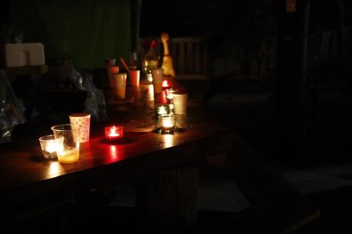 キャンドル ろうそく ロウソク ローソク 蝋燭 蠟燭 明り 明かり 火 炎 パラフィン 固形燃料 照明 インテリア イルミネーション キャンドルナイト 癒し ムード 灯す カウンター 室内 部屋 テーブル 暗い 闇