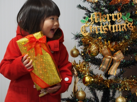 嬉しい 笑顔 贈り物 赤い リボン christmas クリスマス xmas ツリー かわいい 女の子 女児 子ども 子供 幼児 日本人 girl child kids red cute japanese present クリスマスツリー クリスマスプレゼント 少女 ありがとう
