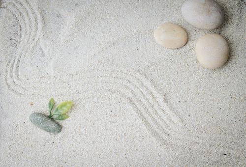 和 和風 禅イメージ 庭 石 枯山水 砂 砂紋 レーキ 日本 日本庭園 日本文化 庭園 わびさび 和寺 石庭 造園 伝統 白砂 風景 イメージ 京都  縁側 風景 緑 植物 葉 俯瞰