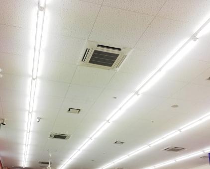 オフィス 天井 事務所 会社 会議室 蛍光灯 オフィスルーム 換気扇 電気代 明るい 照明 屋内 換気 暖房 冷房 電気料金 白い インテリア office ビジネス 建物 室内