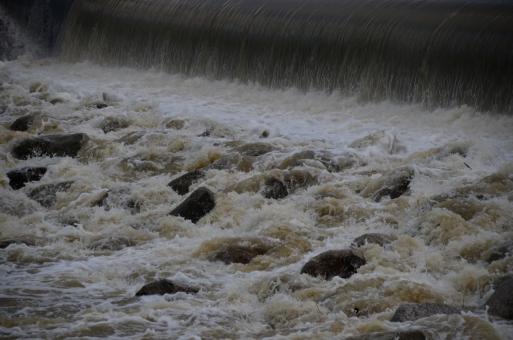 河川 川 濁流 豪雨 雨上がり 濁った 汚れた 流れ 勢い 勢力 水飛沫 荒々しい 危険 猛威 恐怖 水害 被害 災害 石 岩 自然 景色 風景 関西 大阪