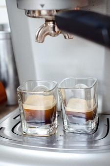屋内 室内 cafe カフェ 喫茶店 お店 店内 飲食 飲み物 ドリンク コーヒー 珈琲 エスプレッソ 器具 設備 機械 マシーン エスプレッソマシン 注ぎ口 グラス コップ 2個 泡 業務用 抽出 厨房 アップ
