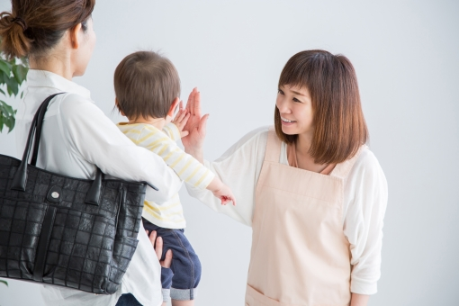 託児所に赤ちゃんをあずけるの写真
