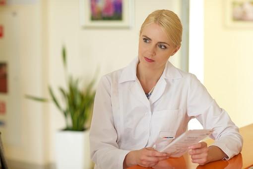 病院 医院 診療所 屋内 室内 診察室 検査室 外国人 白人 女性 金髪 白衣 カウンター テーブル 話す カンファレンス 会話 問診 説明 聞く パンフレット リーフレット 書類 女医 医者 医師 mdff142