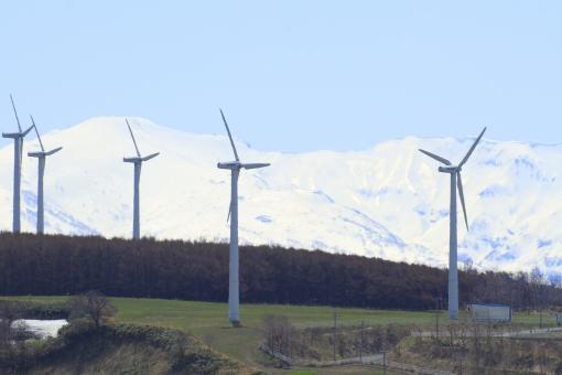 風力発電機 風車 プロペラ風車 風力発電 ウインドタービン 風力タービン 風力原動機 エコ 自然環境 環境問題 再生可能エネルギー 発電所 風 次世代 電気 電力 代替 回る 回転 自然 青空 快晴 風景 景色 町並み 山 残雪 春