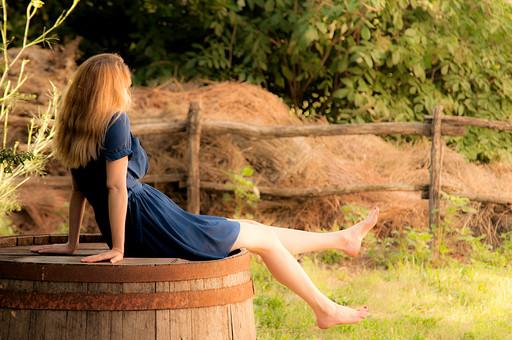 外国人 女性 一人 色白 美しい 脚 広い 緑 木  ミニスカート 青 ワンピース 半袖 草原 横向き さらさら 金髪 木製 樽 桶 逆さま 反対 裸足 全身 両手 後ろ 屋外 晴れ  アップ 自然 リラックス のんびり 休憩 片足 まっすぐ 伸ばす テディキュア ネイル 赤 紅 レッド mdff017
