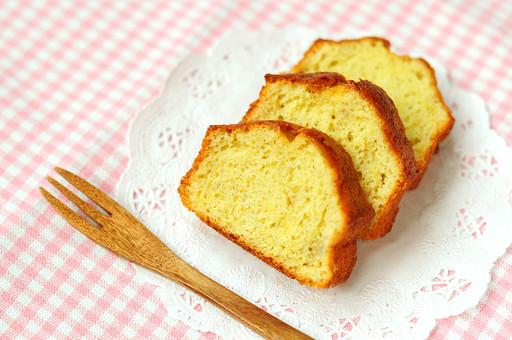 ケーキ パウンドケーキ 焼き菓子 お菓子 デザート スイーツ おやつ 食べ物 洋菓子 菓子 製菓 お菓子屋さん ケーキ屋さん 手作り ホームメイド 砂糖 食品 間食 スナック 並ぶ 焼きたて スライス フォーク レース レースペーパー