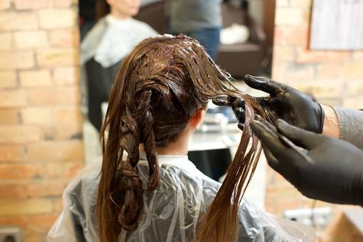 屋内 室内 モデル 外国人 人物 人 人間 大人 女性 女 20代 若い 2人 美容師 ヘアケア 頭 髪 茶髪 部分 手 手元 美容院 美容室 ヘアサロン ヘアダイ 毛染め クローズアップ 色 付ける 塗る 刷毛 ブリーチ 美容 技術 髪の毛 まとめる  ヘアカラー カラーリング mdff134