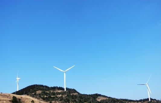 青 背景 風力発電 風車 クリーンエネルギー 丘 複数 晴天 エコ 再生可能エネルギー 電力自由化 電力 エコ 発電 クリーン コピースペース