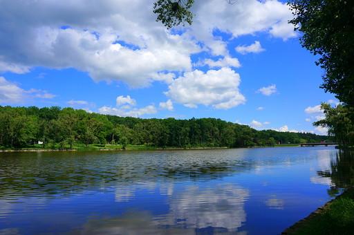 河 川 河川 水 水面 水鏡 自然 空 青空 晴天 雲 快晴 緑 森 山 森林 林 樹木 癒し バックグラウンド 背景 大地 植物 風景 景色