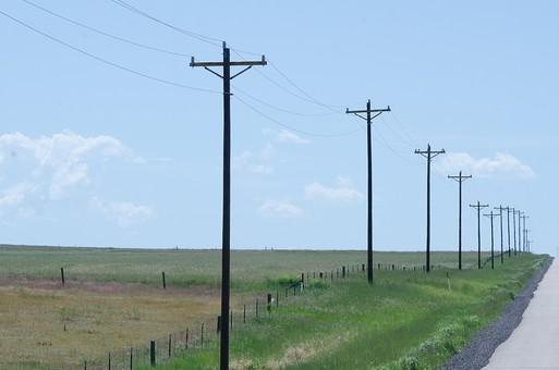 青空 空 お空 大空 晴天 晴れ 快晴 青色 青い 青天井 蒼穹 蒼天  爽やか 爽快 さっぱりした 健康的 電柱 電信柱 電気 電線 送電 送電線 ブルースカイ 伝送線 ケーブル 緑 グリーン 並ぶ 地平線 空際 視地平線 スカイライン