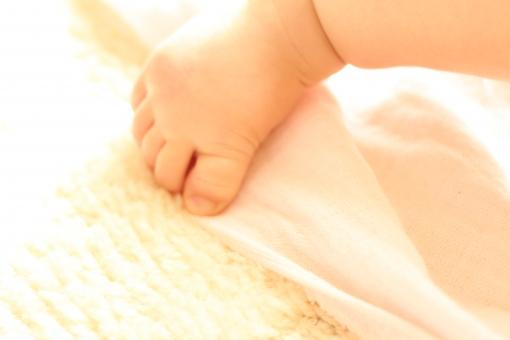 足 足の指 指 指先 足首 くるぶし 赤ちゃん あかちゃん ベビー 子供 子ども baby kids kid fut ふくらはぎ 脹脛 足の甲 甲 肌 japanese japan light girl 女の子 女 絨毯 白 white