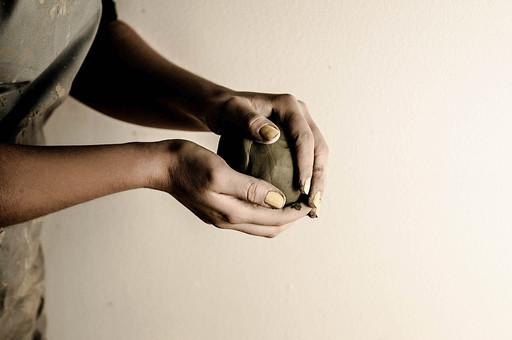 陶芸 工芸 伝統 手作り 職人 技 職人技 芸術 和風 アート 美術品 歴史 焼き物 陶器 彫刻 成形 こねる 粘土 手 手元 爪 指 腕 手のひら アップ 接写 白バック 作業着 工房 アトリエ