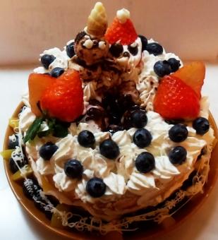 クリスマス ケーキ 手作りケーキ いちご たけのこの里 お菓子 ブルーベリー フルーツ くだもの 生クリーム マシュマロ 麦チョコ 黄桃 桃 チョコペン 皿 テーブル サンタ 雪だるま サンタクロース こども コドモ 子ども 子供 笑顔