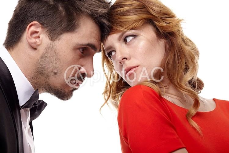 おでこを付けて睨み合う男女7の写真