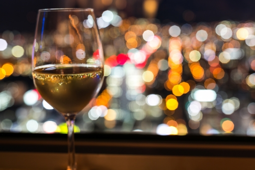 ワイン 白ワイン 夜景 お酒 ロマンチック 洋酒 ワイングラス カクテル光線 ネオン 反射 夜 カップル バー ワインバー 景色 北海道 札幌 JRタワー グラス