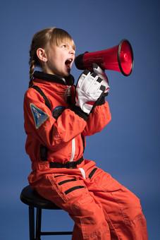 背景 ダーク ネイビー 紺 女の子 女子 女 女児 子ども こども 子供 1人 ひとり 一人  児童 宇宙服 宇宙 服 スペース スペースシャトル 宇宙飛行士 飛行士 オレンジ 希望 夢 将来 未来 体験 職業体験 職業 小道具 小物 ハンドマイク 拡声器 叫ぶ 座る 腰かける  外国人 mdfk045