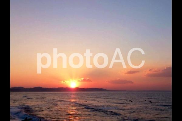 海から昇る初日の出の写真