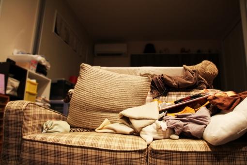 汚部屋 乱雑 ずぼら 乱れた 乱れる 雑然 だらしない だらしなさ 一人暮らし ゴミ 怠惰 怠慢 片付け 家 部屋 リビング 家具 掃除 清掃 荷物 整理 整頓 整理整頓 ソファ 居間 散らかった 疲れた 疲労 やる気が出ない 出しっぱなし 使いっぱなし 忙しい 生活 生活感 家庭生活 家庭 共働き