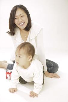 親子 母子 親 おや 母 母親 ママ マザー 子ども 子供 子 赤ちゃん 赤ん坊 乳児 幼児 ベイビー 絆 笑顔 笑う 女性 女 人物 触れ合い ふれあい 全身 室内 部屋 座る おもちゃ 玩具 箱 ハイハイ あんよ 日本人 mdfk008 mdjf016