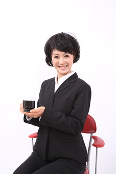 サラリーマン 女 女性 会社員 若者 女子  スーツ 部下 営業 OL 社会人 ビジネス 人物 社員 日本人 20代 仕事 カツラ かつら ウィッグ 笑顔 スマイル  座る 椅子 休憩 一休み コーヒー 珈琲 スタジオ 白バック 白背景 mdjf028