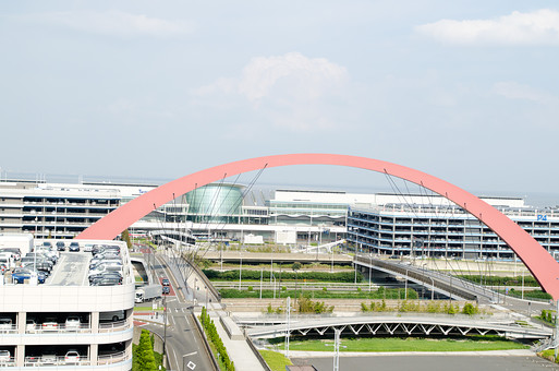 空港 くうこう 飛行場 東京国際空港 羽田空港 国際線 ターミナル 施設 建物 エアポート 旅行 旅 出発 旅立ち 飛行機 外観 空 景色 風景 駐車場 パーキング 道路 海 東京 管制塔