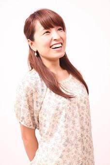人 人間 人物 人物写真 ポートレート ポートレイト 女性 女 女の人 若い女性 女子 レディー 日本人 茶髪 ブラウンヘア セミロングヘア  白色 白背景 白バック ホワイトバック 上を見る 装身具 ピアス アクセサリー 手を後ろ 笑顔 笑う mdfj012