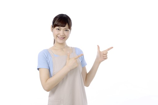人物 屋内 白バック 白背景 日本人 1人 女性 20代 30代 エプロン  奥さん 奥様 婦人 家庭人 夫人 主婦 若い ポーズ 合図 手 両手 指 指差し 指さし 指をさす 指を差す チョキ ちょき ひらめき 閃き ひらめいた こちら こちらへ 招く 笑顔 mdjf018