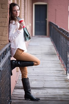 モデル 人物 外国人 外人 白人 海外 外国 綺麗 美しい 美人 美女 女性 女 20代 30代  ロングヘア ファッション ファッションモデル 長髪 長い髪 屋外 野外 外 スタイル 細身 スタイル抜群 かっこいい カッコイイ 雑誌 建物 冬服 冬 マフラー モデルポーズ ポーズ ベランダ 通路 柵 ホットティー ホットドリンク 温まる 真顔 壁 寄りかかる 全身 ニット セーター ブーツ  mdff100