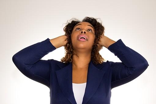 人物 外国人 外人 女性 外国人女性  外人女性 黒人 黒人女性 20代 30代  上半身 ポーズ 屋内 白バック 白背景  ジャケット スーツ ビジネス 耳 塞ぐ うるさい 雑音 騒音 ストレス 頭を抱える うざい 見上げる mdff073